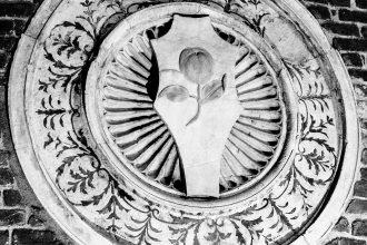 Clipeo raffigurante una mela cotogna, simbolo di Francesco Sforza. Chiesa di Santa Maria delle Grazie, Milano. Ph. Sergio Bernini 2017.