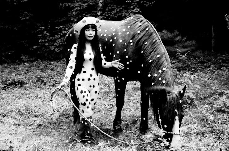 ARTE_1_Yayoi Kusama performing Horse Play Woodstock, New York, 1967