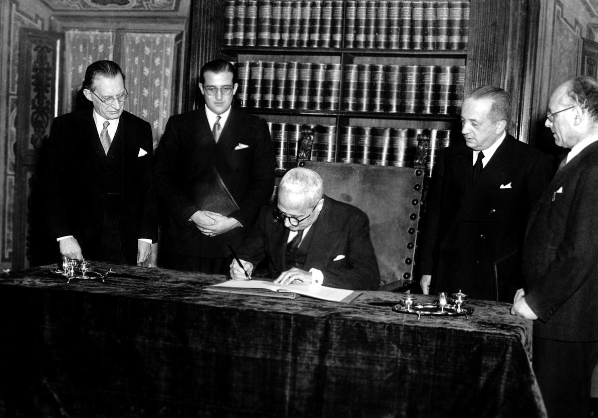 Alcide De Gasperi, Enrico De Nicola ed Umberto Terracini firmano la Costituzione il 27 dicembre 1947 [anna lav].jpg