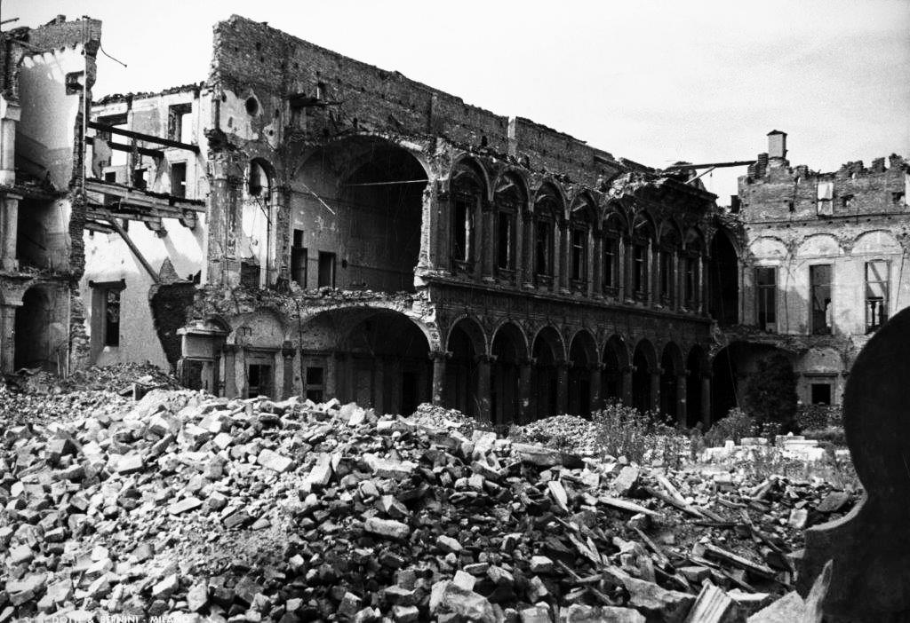 La Ca' Granda dopo i bombardamenti dell'agosto 1943