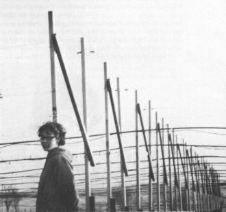 La giovane Jocelyn Bell e le antenne del radio telescopio che le permisero di scoprire le pulsar