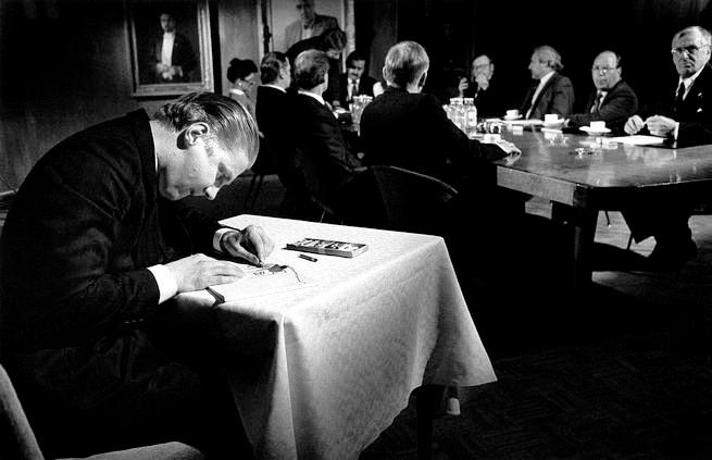 Fotogramma dal film Amleto si mette in affari di Aki Kaurismäki 1987