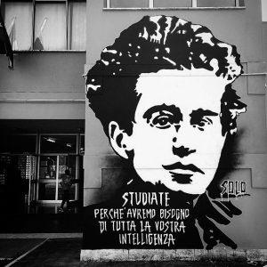 Murale realizzato da SOLO, sulla facciata di ingresso della scuola media Antonio Gramsci a Roma