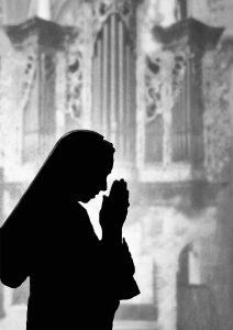 Silhouette in preghiera