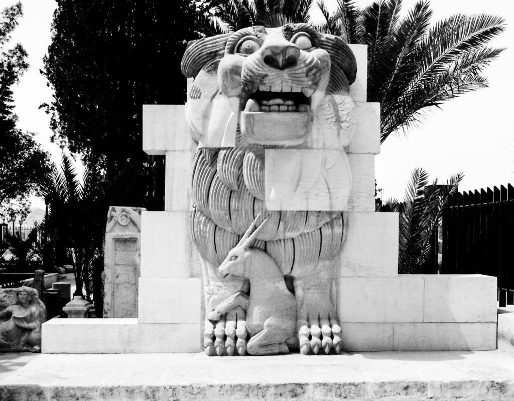 Il Leone di Al-lāt nei giardini del Museo archeologico di Palmira (distrutto nel 2015)