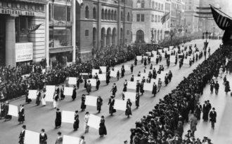 Suffragette marciano sulla Fifth Avenue nell'ottobre 1917