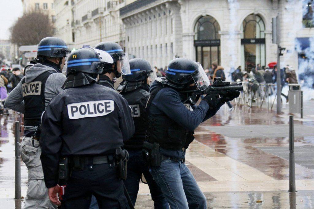polizia spara lacrimogeni